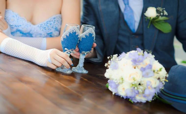 Оформление свадебных бокалов: разнообразие способов декора