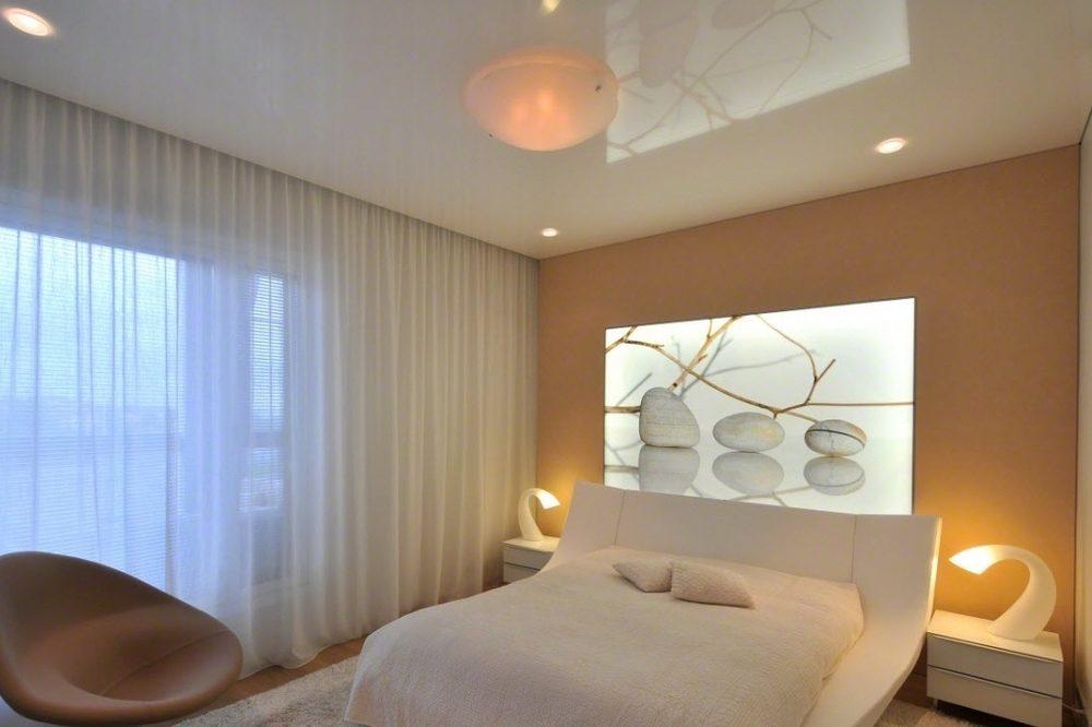 Натяжной потолок в спальне: дизайн