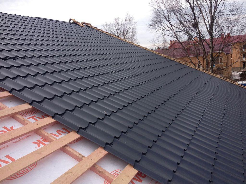Крышу обычно покрывают ондулином или металлочерепицей
