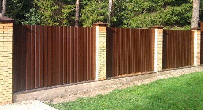 забор с кирпичными столбами на ленточном фундаменте
