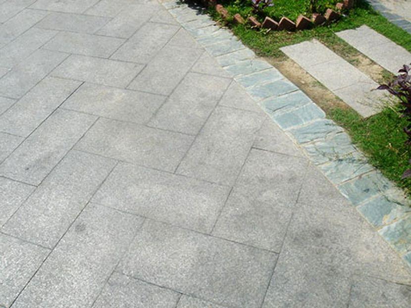 дорожка из тротуарной плитки с бордюром