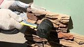 kak-kleit-dekorativnyy-kamen-iz-gipsa-betona-i-keramiki-na-steny-chto-dlya-etogo-neobkhodimo-ispolzo-129649.jpg