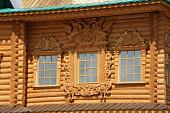 okna-v-derevyannom-dome-ispolzuemye-materialy-etapy-montazha-i-naruzhnoe-oformlenie-28004.jpg