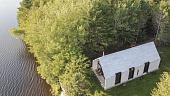 okno-na-ozero-dom-s-otdelkoy-iz-belogo-kedra-ot-arkhitektorskoy-studii-yh2-59567.jpg