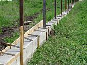 fundament-pod-zabor-iz-profnastila-raznovidnosti-konstruktsiy-i-etapy-montazha-54632.jpg