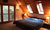 Спальня с зеленой кроватью, выбор основных и дополнительных цветов для интерьеров в разных стилях - 28 фото12
