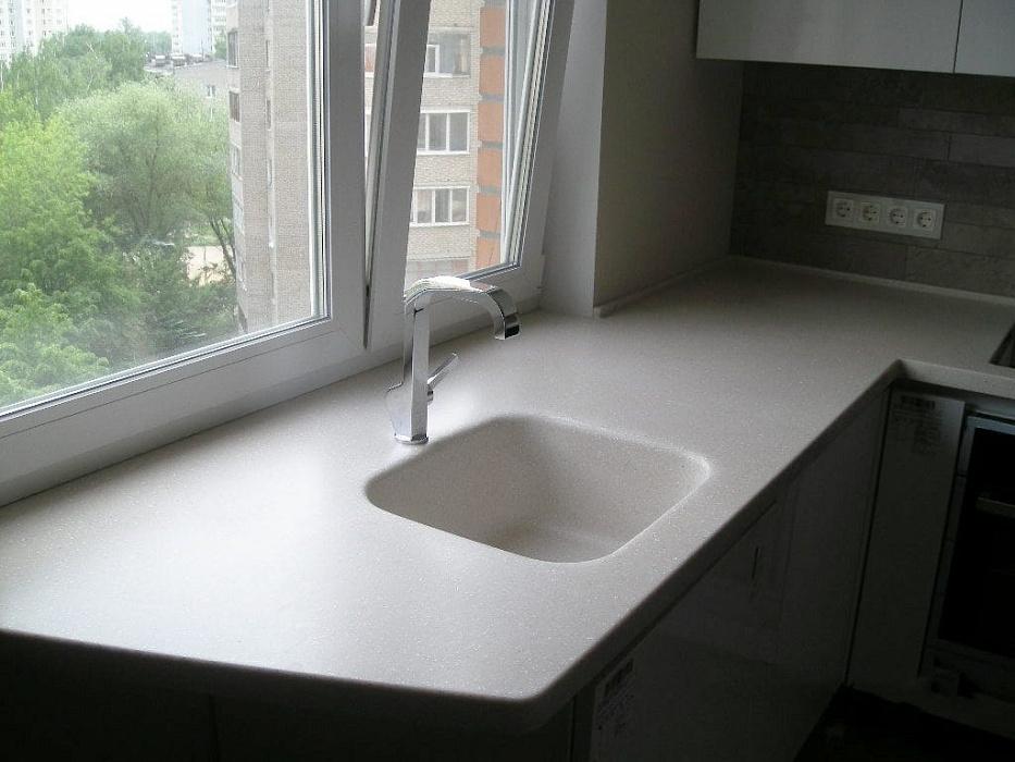 Интерьер кухни с мойкой у окна: особенности планировки и идеи для дизайна