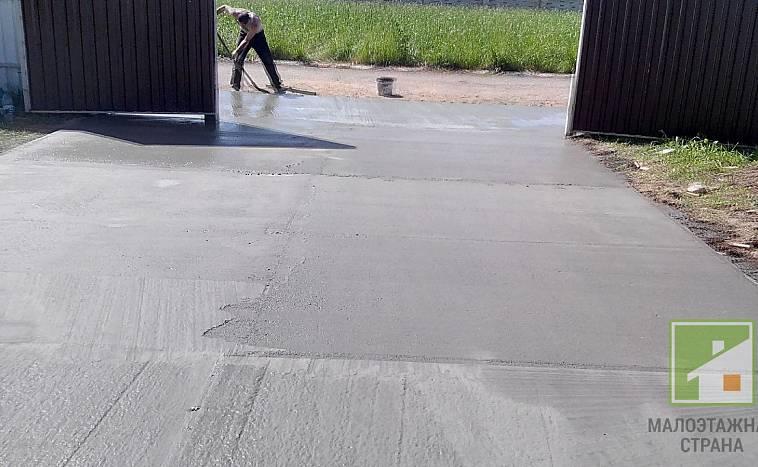 залитый бетоном двор