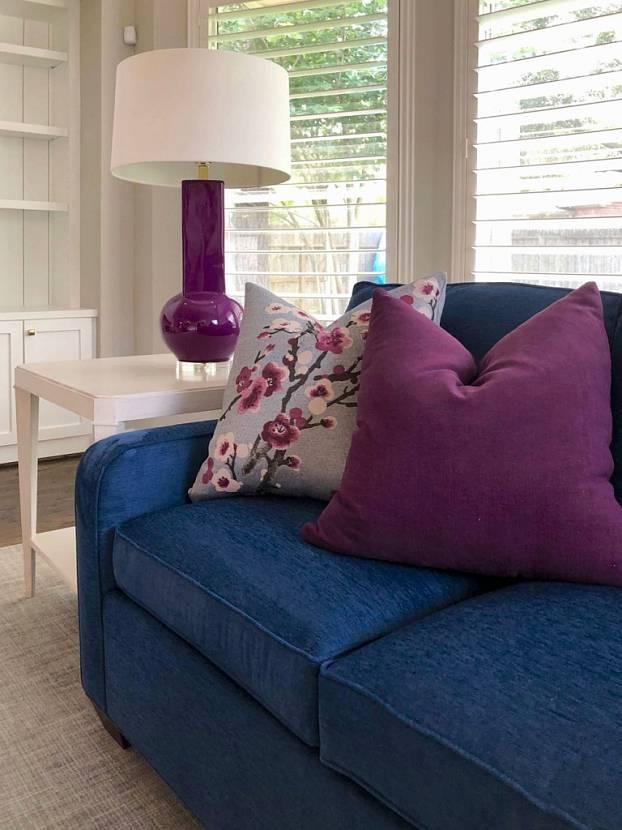 гостиная с синим диваном