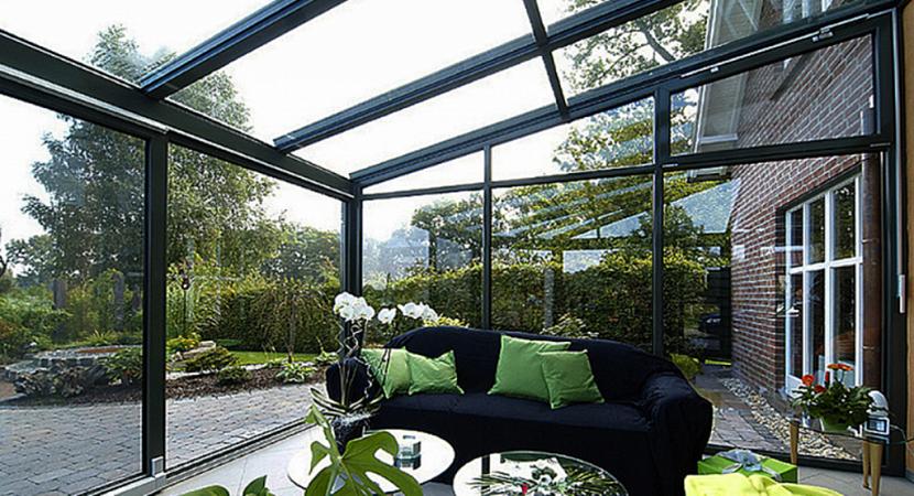 Большие панорамные окна выполняют роль раздвижных дверей