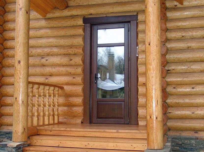 Деревянная дверь выглядит органично и красиво