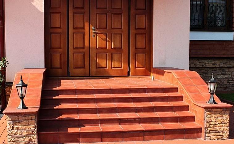 как показывает ступеньки в дом с улицы фото сиротства