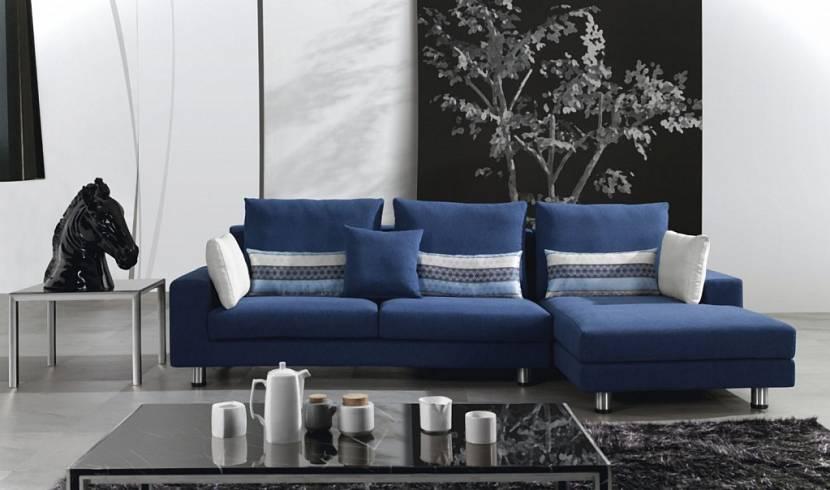 интерьер с синим диваном