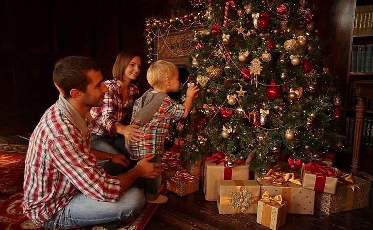 Картинка семья украшает елку