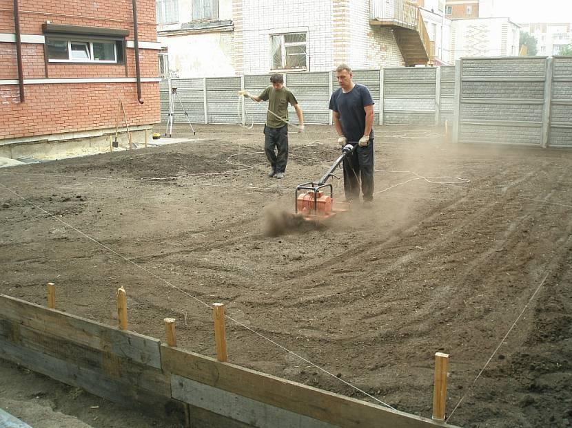 выравнивание дачного участка под газон