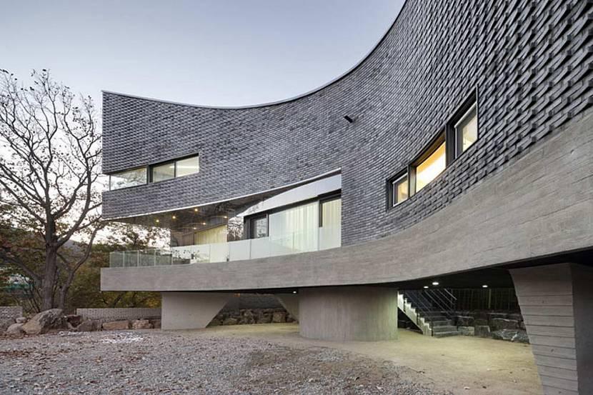 Кирпич удобен при возведении зданий сложной формы
