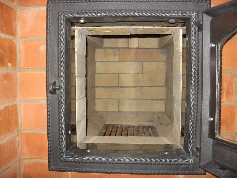 камин и барбекю в одном дымоходе в доме