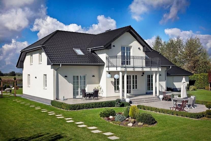 серый фасад дома