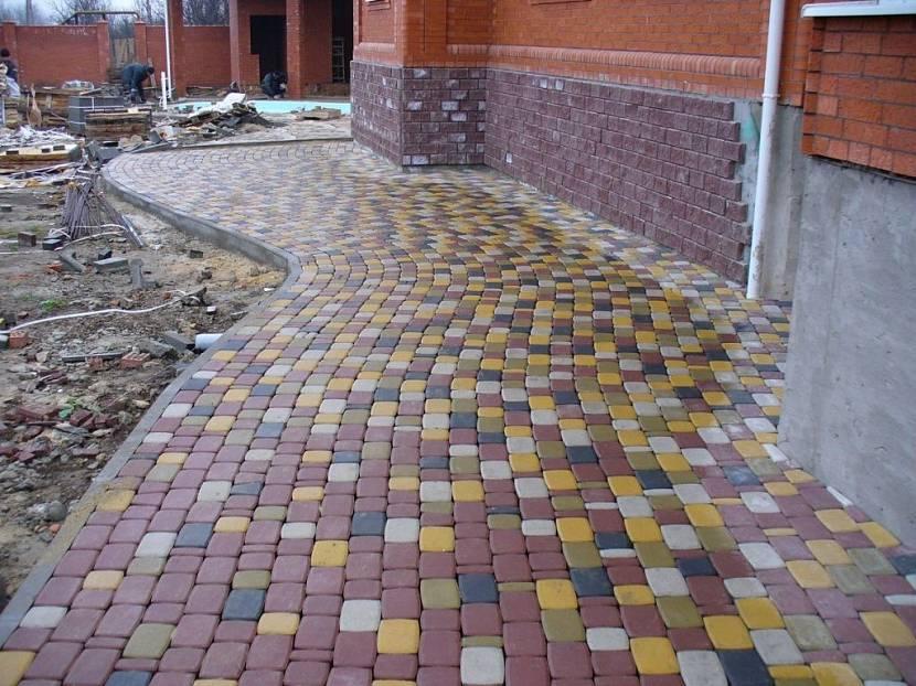 укладка тротуарной плитки на готовую бетонную отмостку