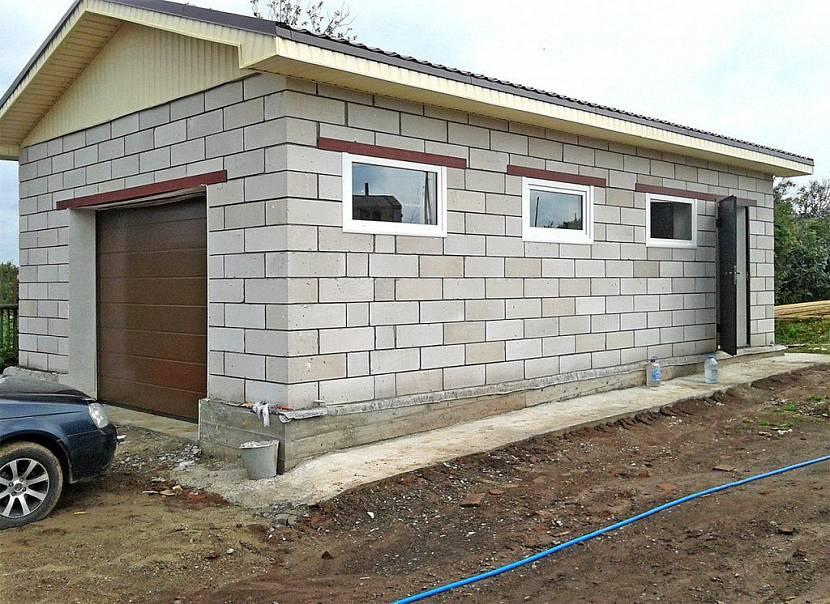 Двухэтажный гараж из шлакоблоков
