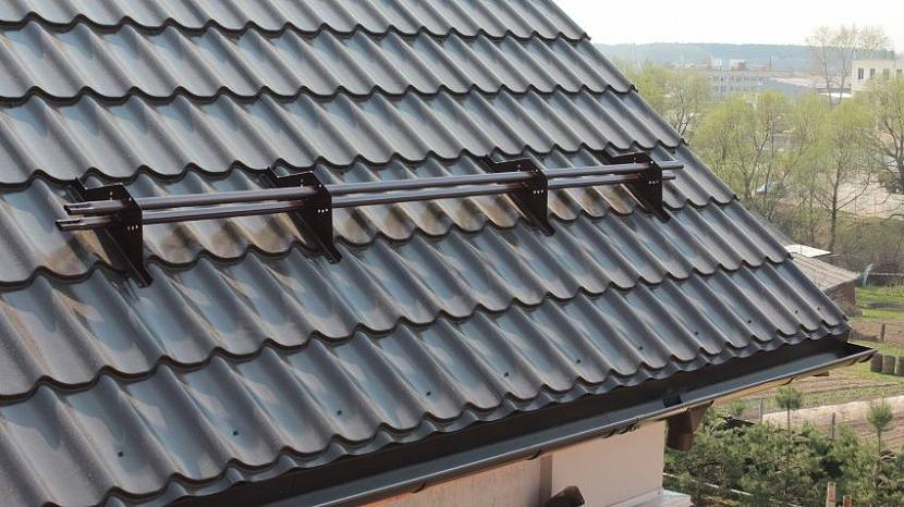 установка снегозадержателей на крыше