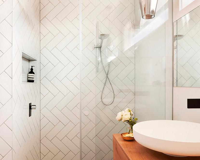 Тип укладки плитки для зрительного расширения пространства маленькой ванной