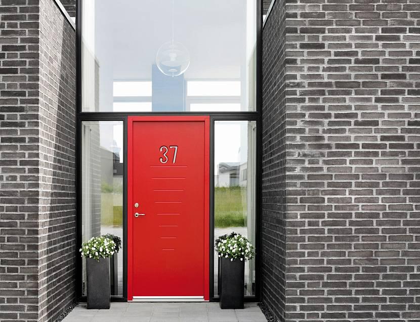 Яркий красное оформление двери