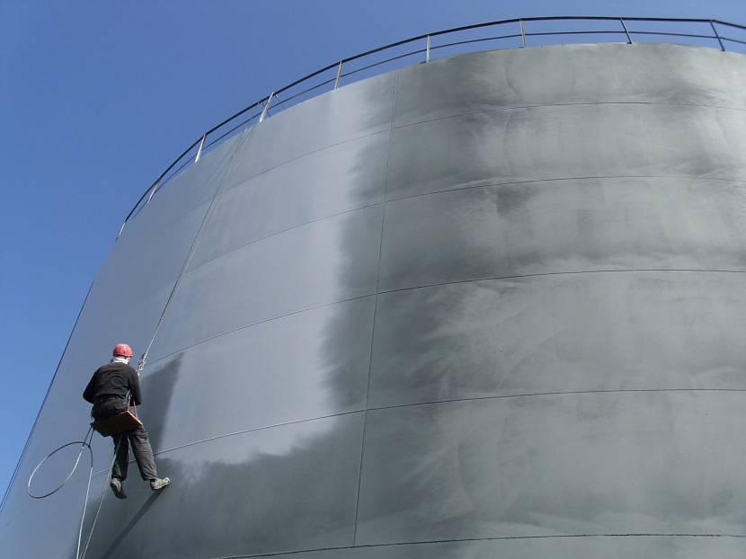 Защитная обработка бетонных поверхностей продляет срок службы материала