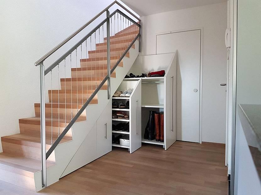 Встроенный шкаф под лестницу