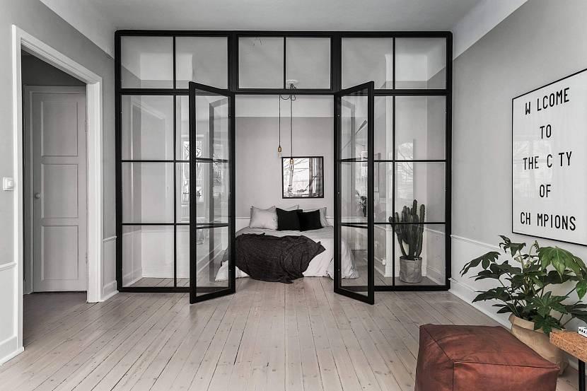 Распашные двери из металла и стекла