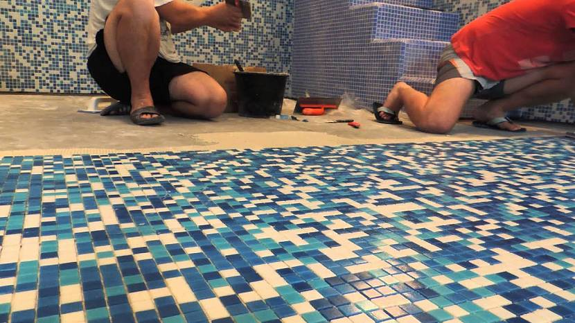 Монтаж мозаичной плитки на полу кухни