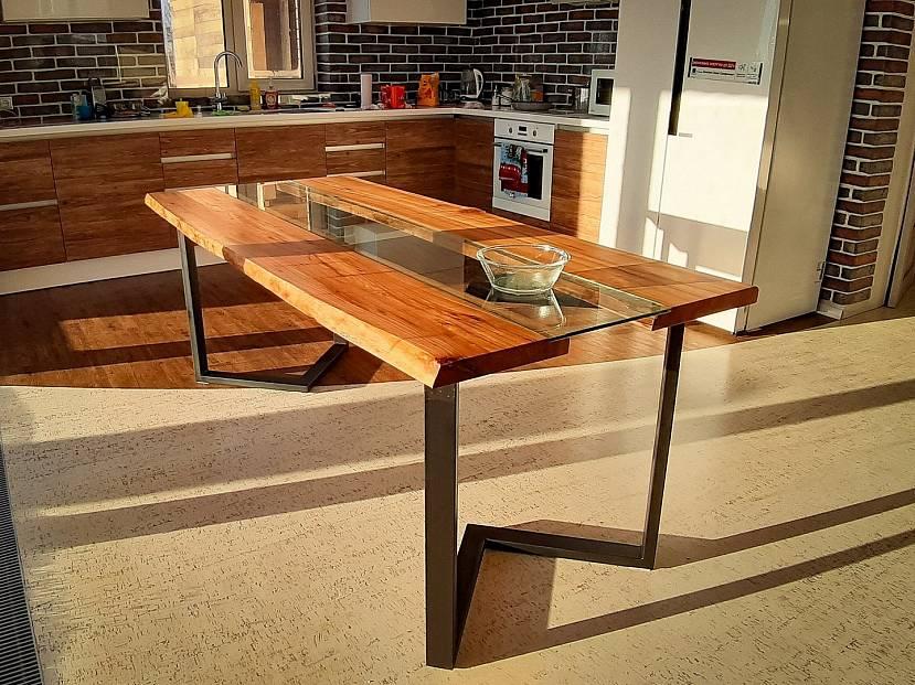 Невысокий стол в стиле лофт