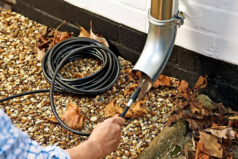 Методы очищения бочки, бака или водосточных труб после дождевой воды и засоров
