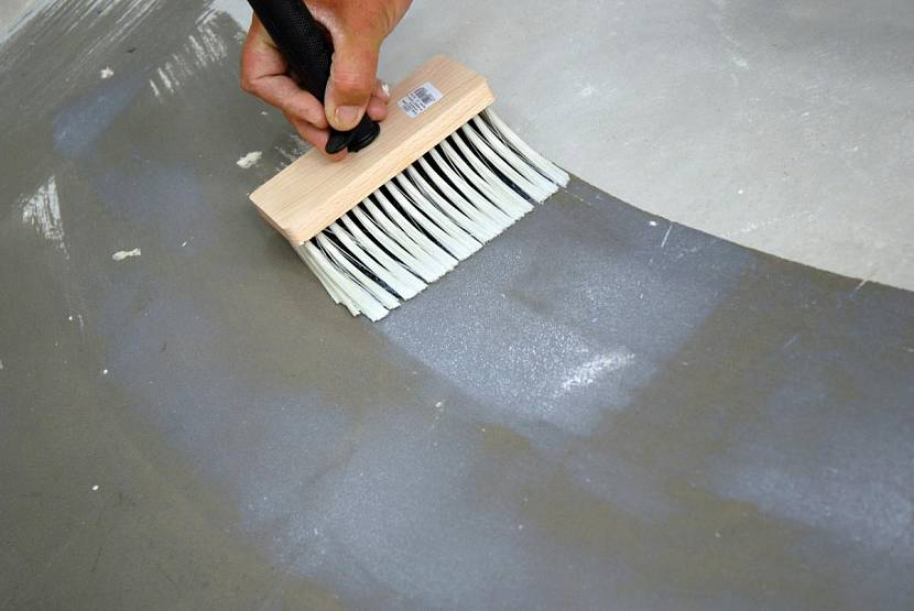 Бетонные поверхности перед окрашиванием грунтуют
