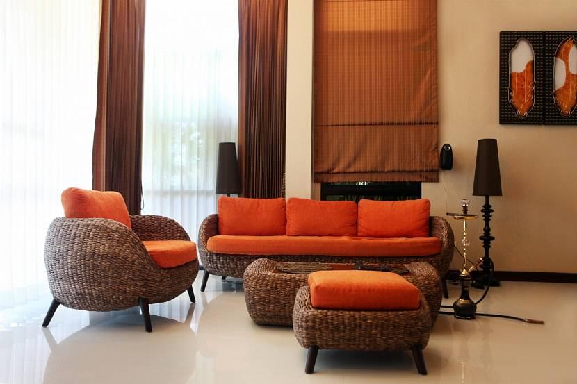 Плетеная мебель с терракотовыми подушками