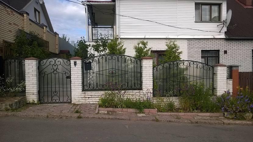 Наличие уклона не мешает сделать красивый забор