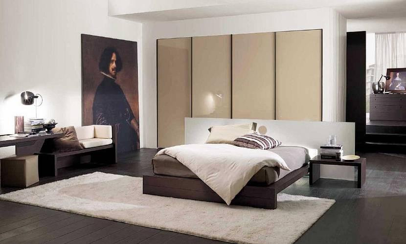 Большая спальная с тёмным полом