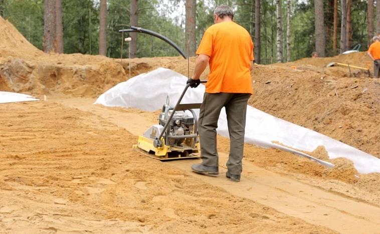 как утрамбовать песок под фундамент