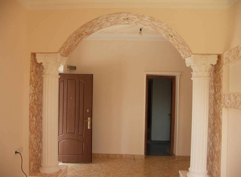 Дверной проем с колоннами