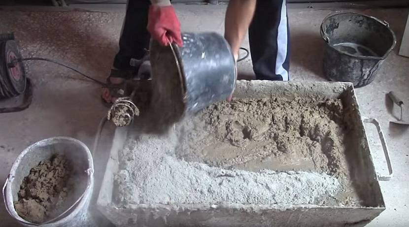 В раствор добавляется цемент