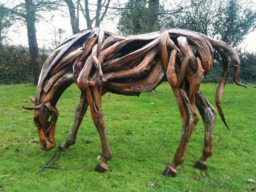Лошадь из коряг