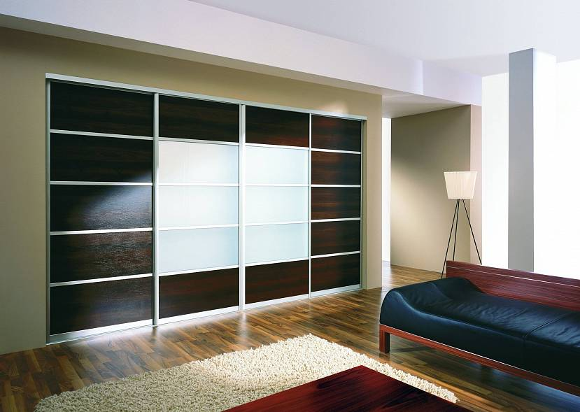 Стильный шкаф-купе для просторной комнаты