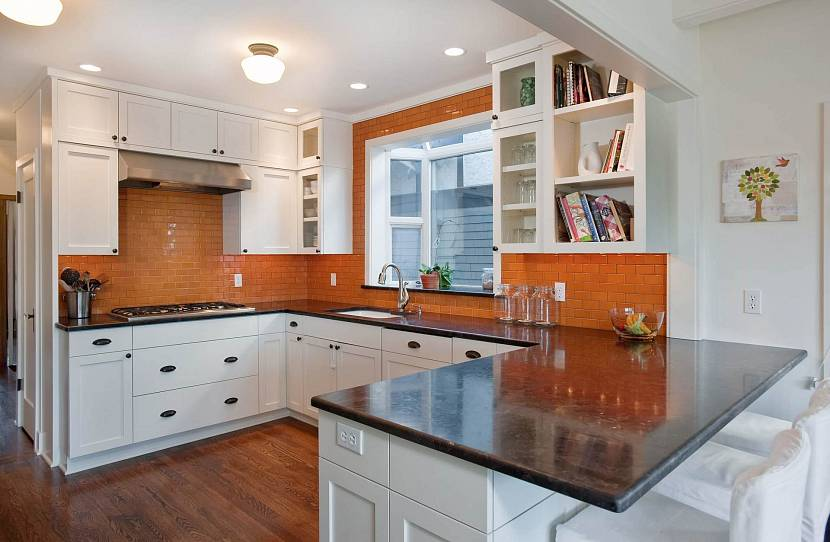 Фартук на кухне терракотового цвета