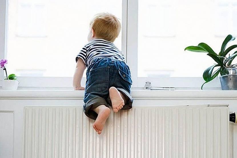 Ребёнок на низком подоконнике
