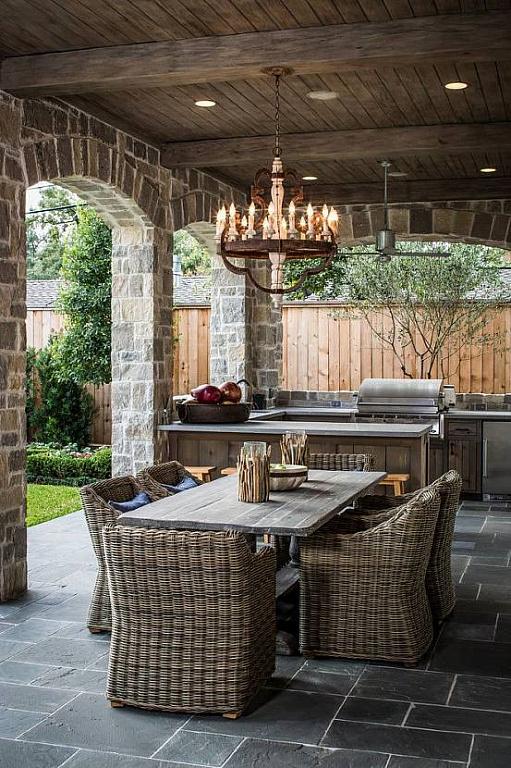 Кухонный гарнитур из дерева и плетенная мебель