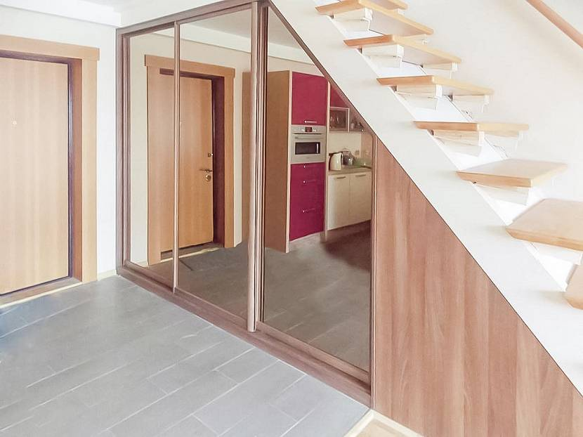 Шкаф-купе под лестницей