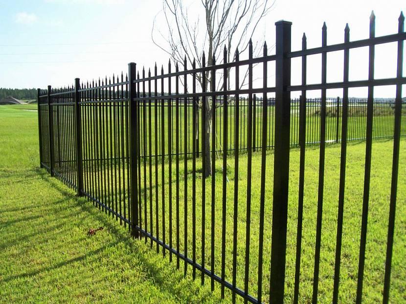 Железный забор на винтовых сваях