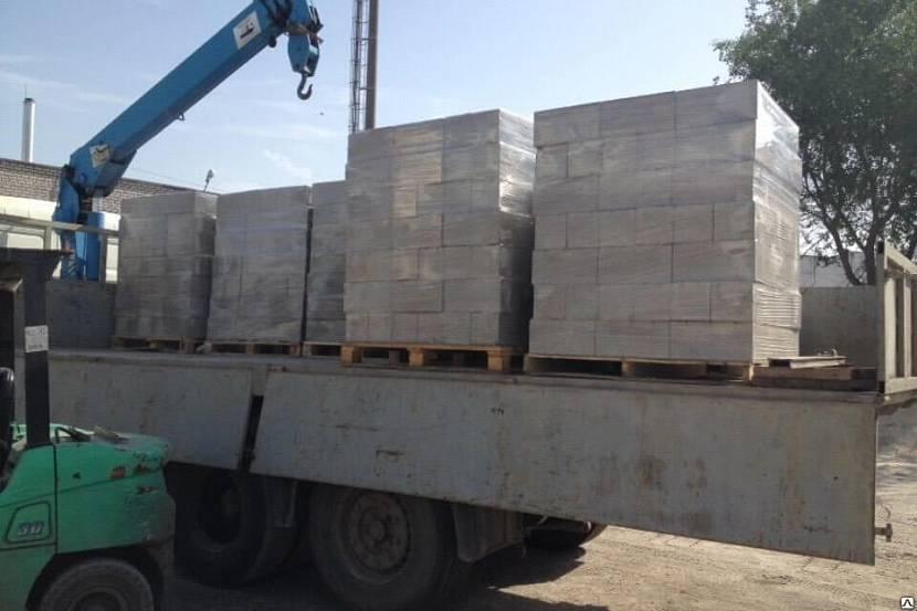 Погрузка поддонов с блоками для транспортировки на объект
