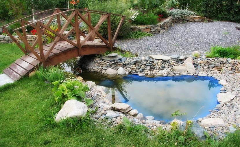 Дополнительное декорирование вокруг искусственного водоёма