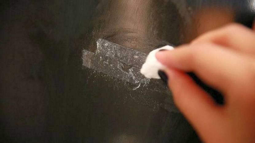 Жидкое мыло как средство для очищения пластиковой поверхности от клея скотча